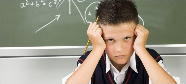 грустный-мальчик-в-школе