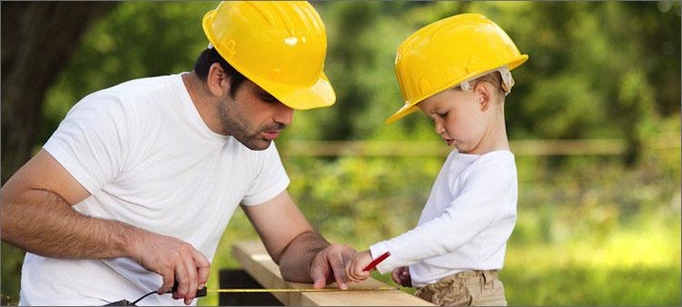 папа-и-сын-занимаются-строительством