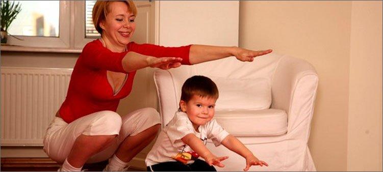 мама-и-сын-делают-приседания