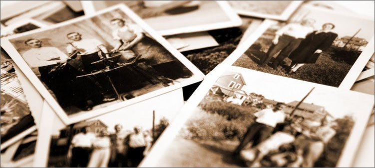 старые-фотографии-лежат-на-столе