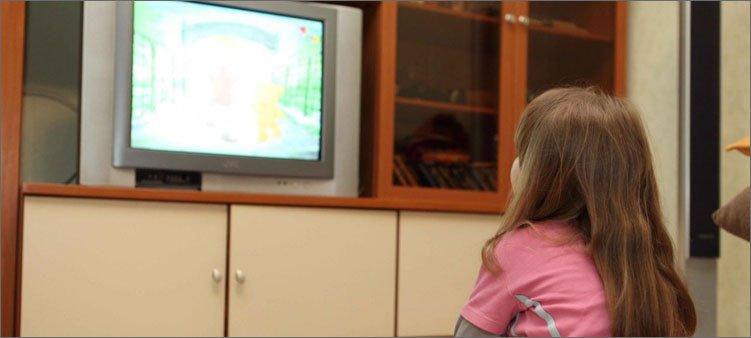 девочка-смотрит-телевизор