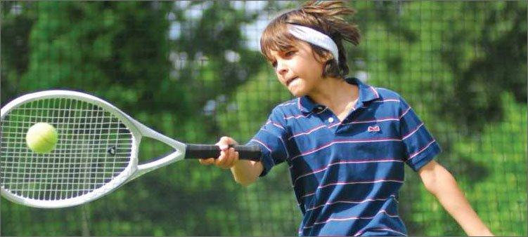 мальчик-играет-в-большой-теннис