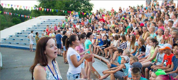 дети-поют-гимн-лагеря