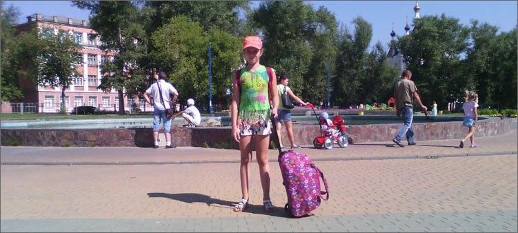 девочка-с-сумкой-у-фонтана
