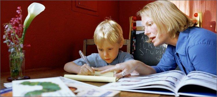 мама-помогает-сыну-с-уроками