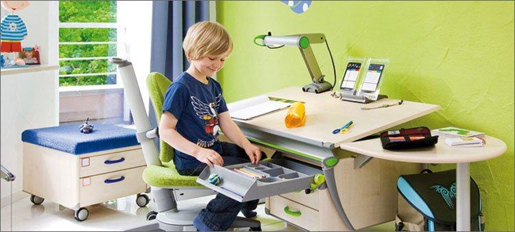 мальчик-сидит-за-красивым-письменным-столом