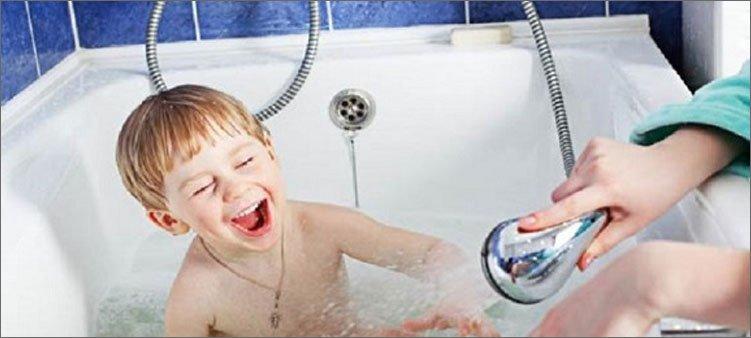 мальчик-купается-в-ванне-и-смеется