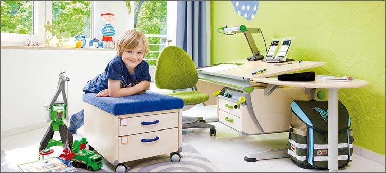 мальчик-в-красивой-детской-комнате