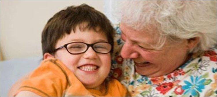 бабушка-играет-с-внуком