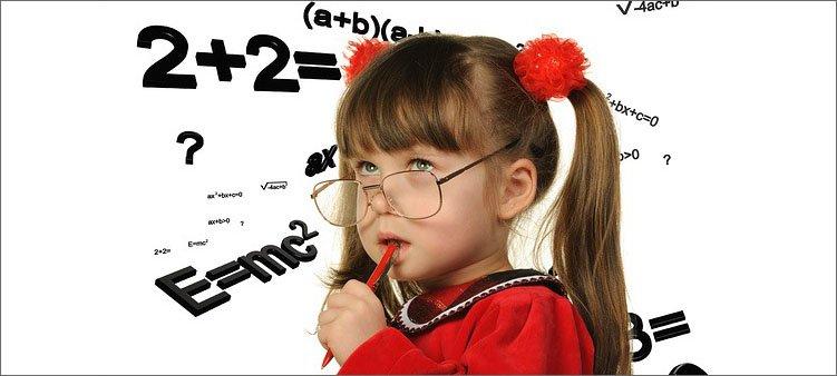 девочка-в-очках-решает-примеры