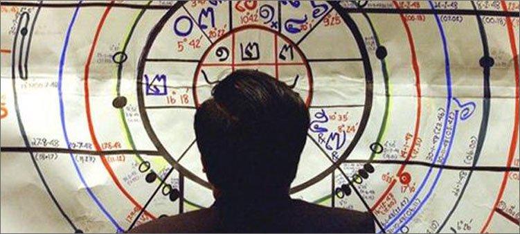 астролог-рассматривает-натальную-карту
