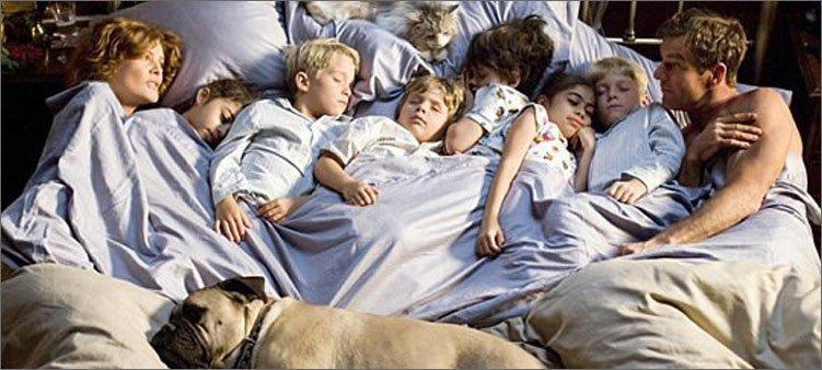 многодетная-семья-спит-на-кровати