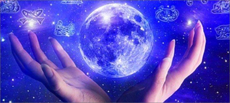 руки-астролога-удерживают-планету