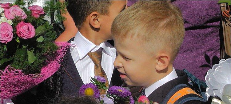 мальчик-первоклассник-с-цветами