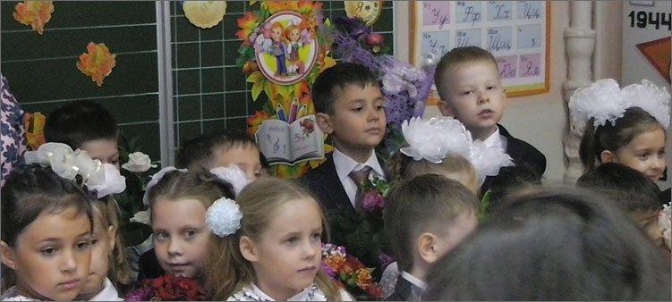 первоклассники-у-доски-с-цветами