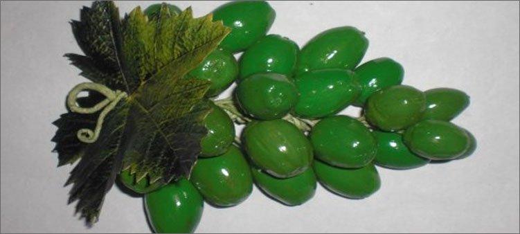 гроздь-зеленого-винограда-из-желудей