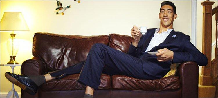 самый-высокий-человек-в-мире-сидит-на-диване