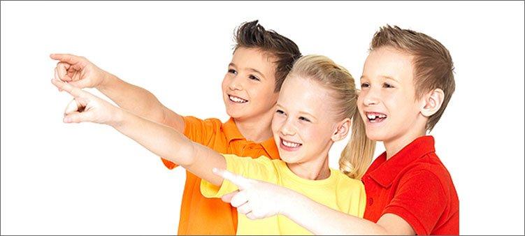 дети-показывают-пальцами-и-улыбаются