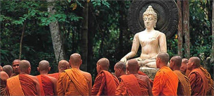 буддисты-молятся-будде