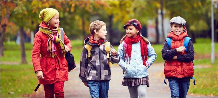 четверо-детей-гуляют-в-парке