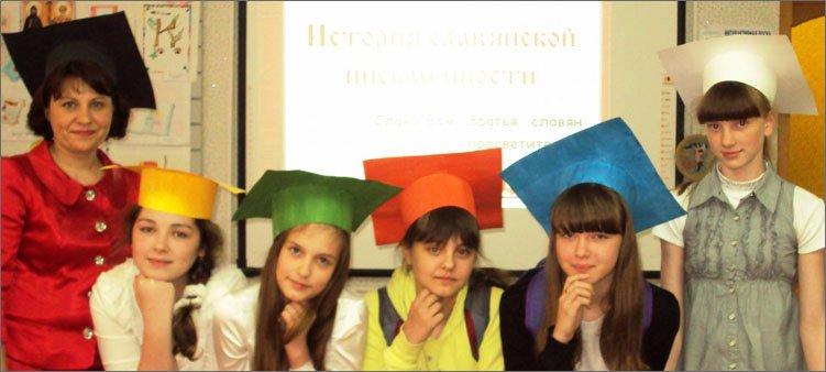 школьники-в-цветных-шляпах-на-уроке