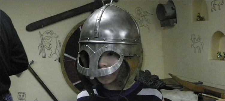 мальчик-в-средневековом-шлеме