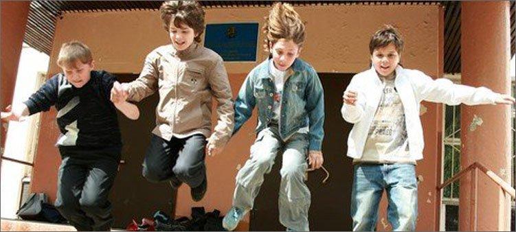 мальчики-выбегают-из-школы