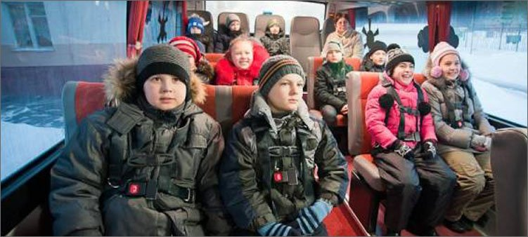 дети-сидят-в-школьном-автобусе
