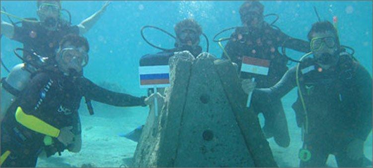 океанологи-с-флагами-под-водой