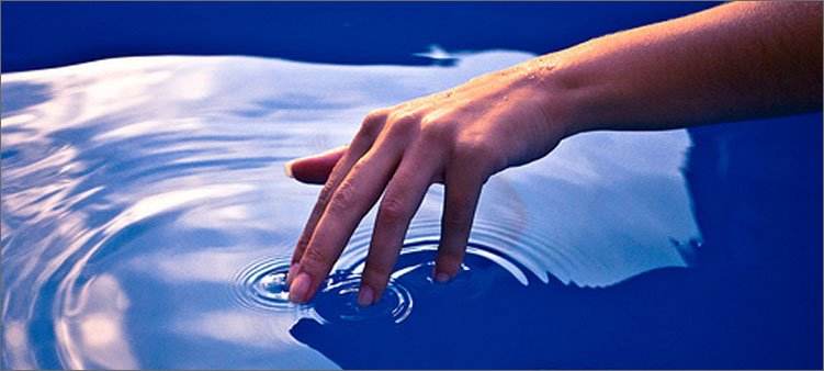рука-трогает-воду