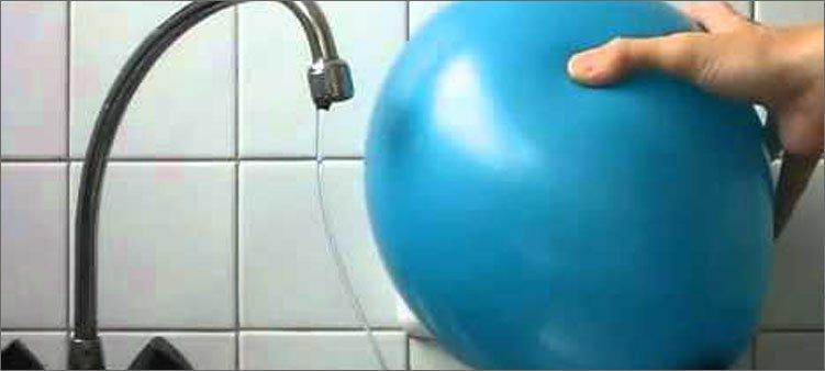 воздушный-шарик-притягивает-струю-воды