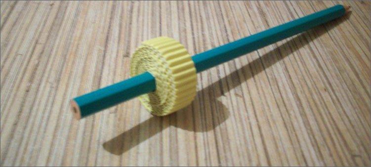 рулон-из-гофрированного-картона-на-карандаше