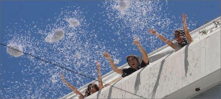 люди-выбрасывают-бумагу-с-балкона
