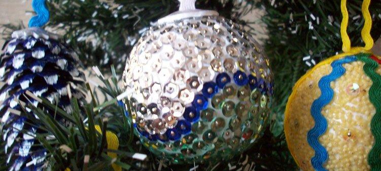 блестящий-шар-висит-на-елке