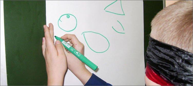 мальчик-рисует-с-завязанными-глазами