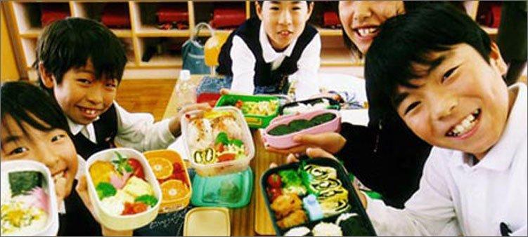 японские-школьники-с-завтраками