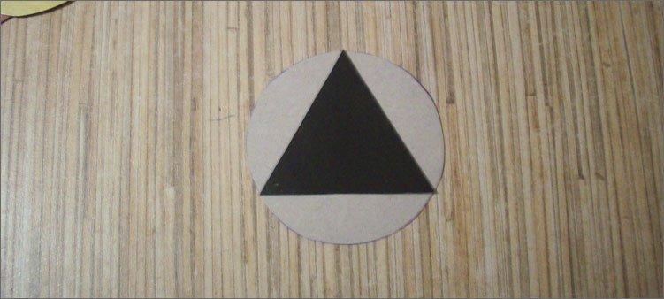 на-белом-круге-черный-треугольник