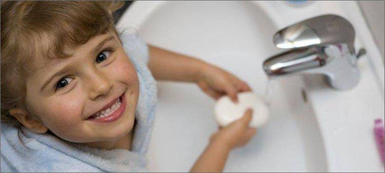 девочка-моет-руки-с-мылом