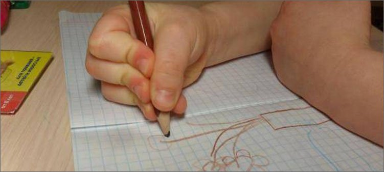 ребенок-неправильно-держит-карандаш
