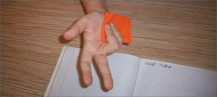 способ-правильного-захвата-ручки-с-салфеткой