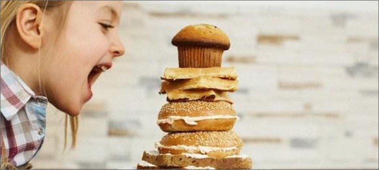девочка-собирается-съесть-много-булок