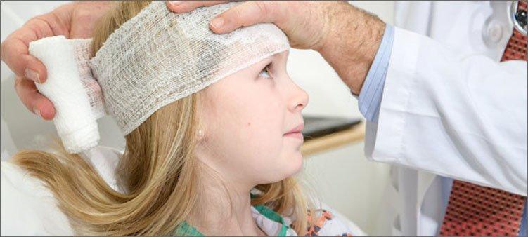 врач-бинтует-голову-девочке