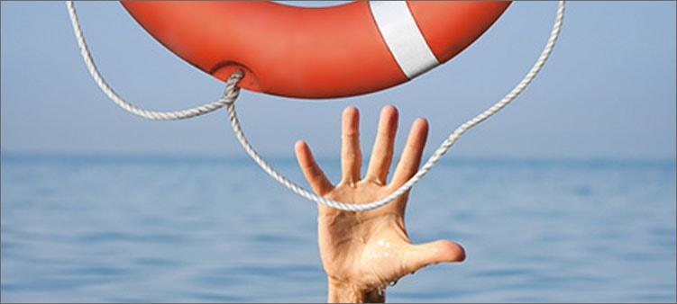 рука-тянется-в-спасательному-кругу