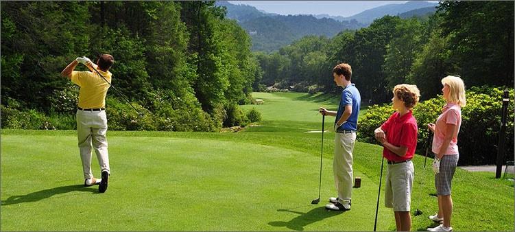 люди-играют-в-гольф