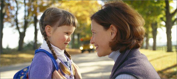 мама-провожает-дочку-в-школу