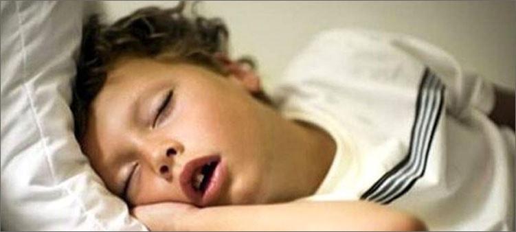 ребенок-спит-с-открытым-ртом