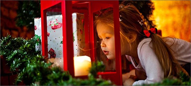 девочка-смотрит-на-свечу