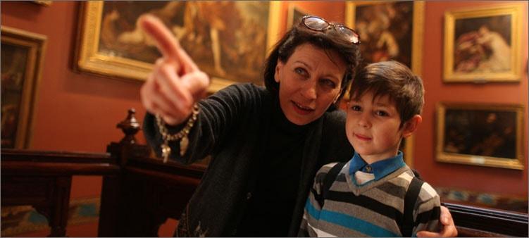 мама-и-сын-в-музее