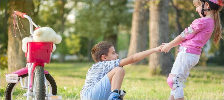 девочка-помогает-мальчику