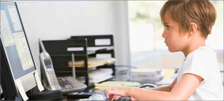 мальчик-работает-за-кмпьютером